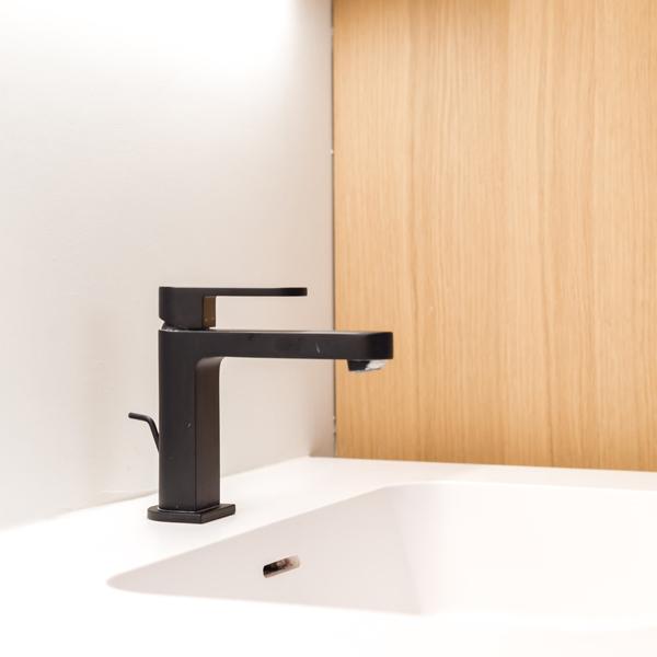 Mat zwarte kraan badkamer realisatie Insight interieur