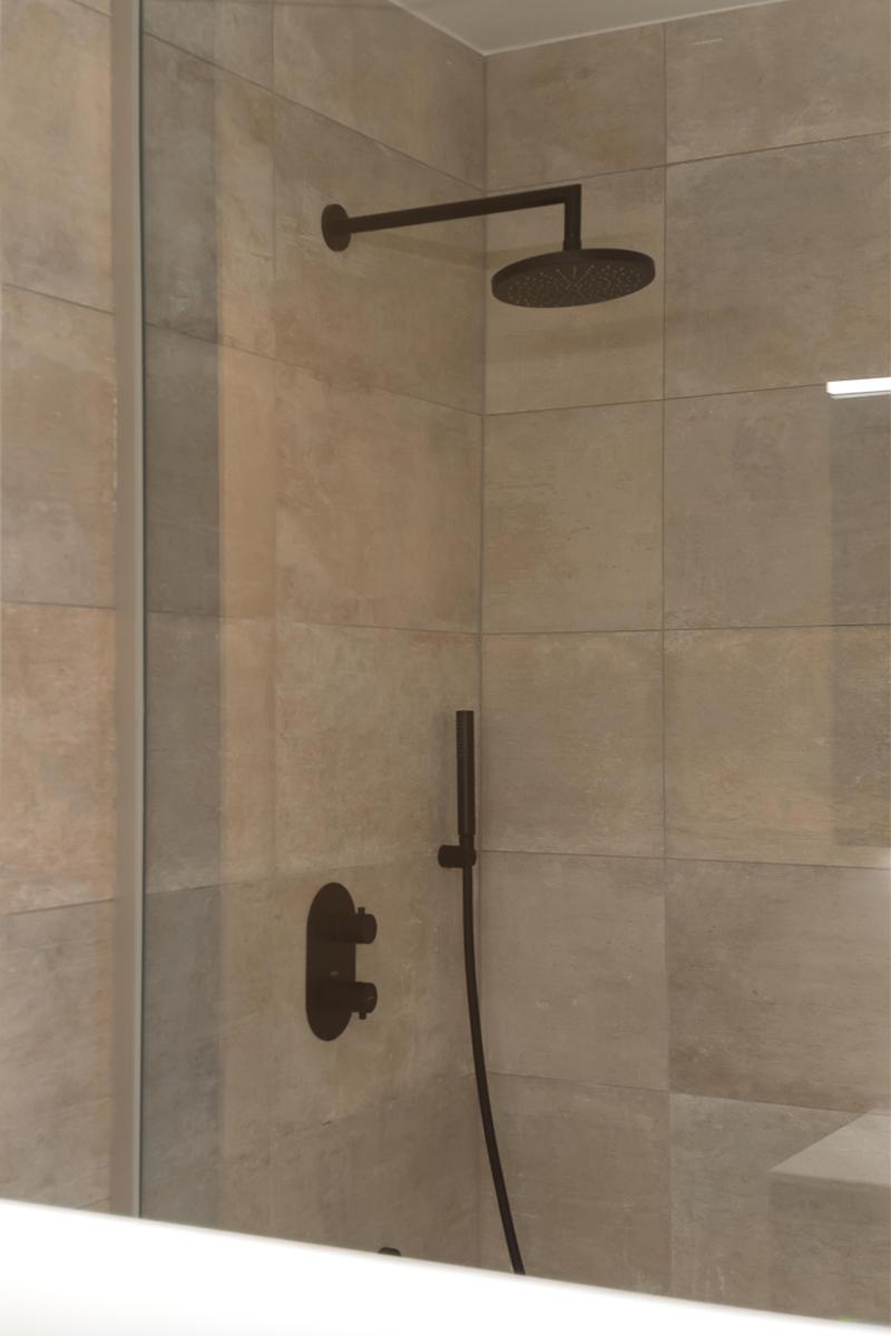 Mat zwarte douche badkamer realisatie Insight interieur