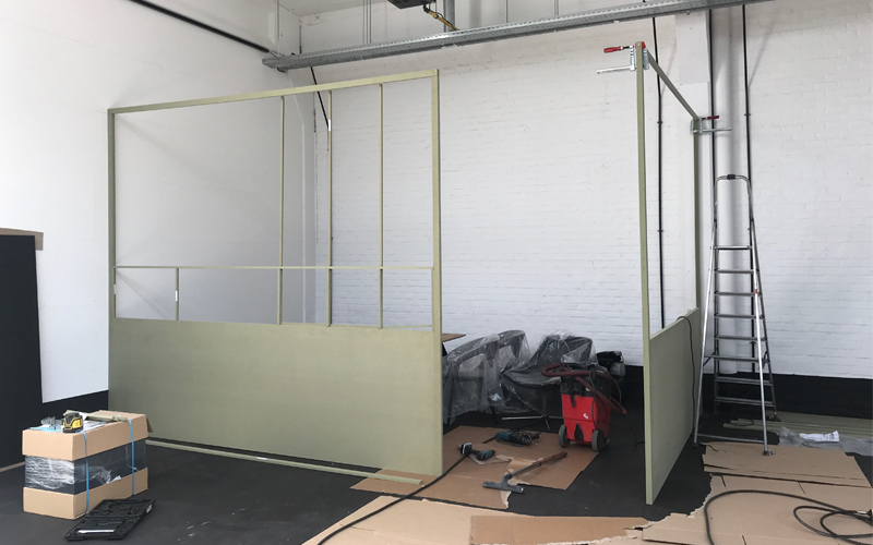 Insight showroom tijdens verbouwing MDF wand Zeilstraat Hasselt