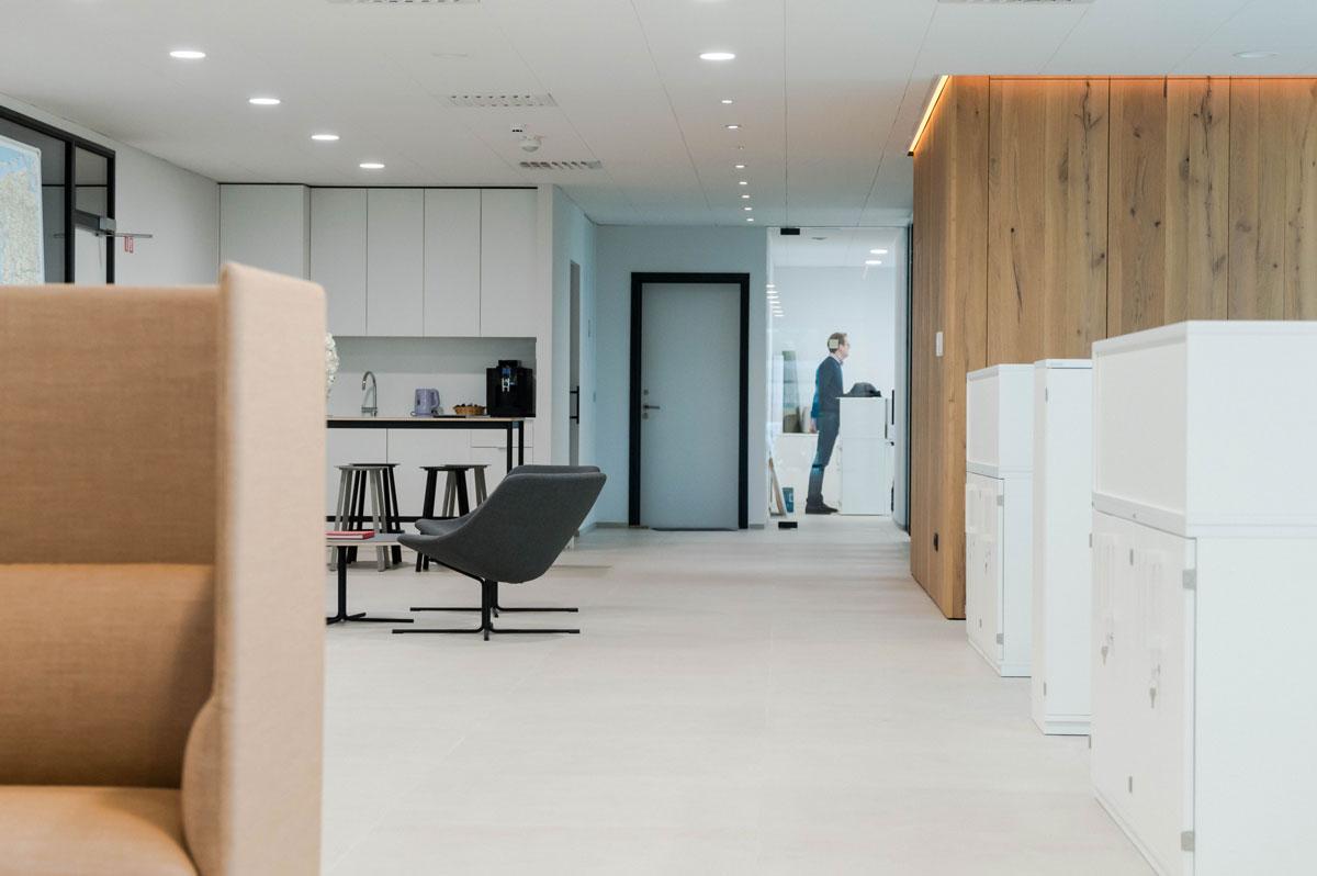 Realisatie beeld totaalinrichting kantoorproject Glas Ceyssen. Project & kantoorinrichting. Girsberger, Muuto, Hay,